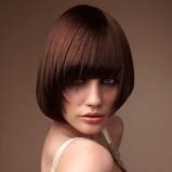zjawiskowa fryzura z prostą grzywką  - modne cięcia