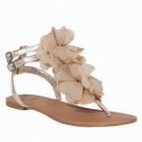 złote sandałki F&F z kwiatkami płaskie - trendy na lato 2013