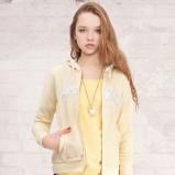 żółta bluza Stradivarius z kapturem - moda wiosna/lato