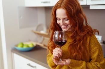 5 trik�w, jak otworzy� wino bez korkoci�gu
