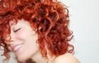 Luźne upięcie włosów kręconych