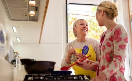 Jak szybko usunąć zapach spalenizny z mieszkania?