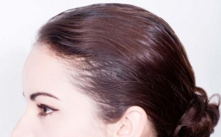 Klasyczny kok na krótkich włosach