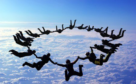 Skoki spadochronowe - rozrywka dla odważnych!