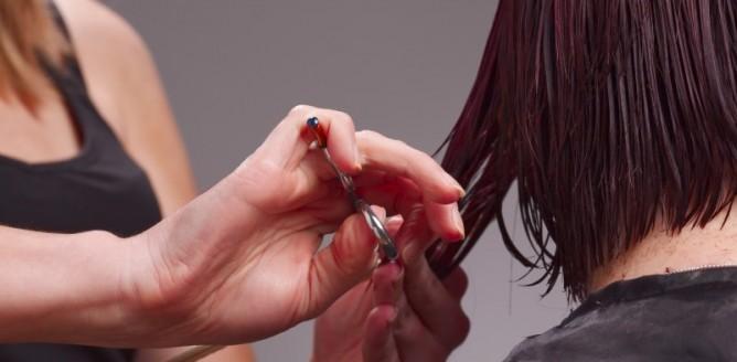 Farbowanie włosów, strzyżenie i lekko drapieżna stylizacja