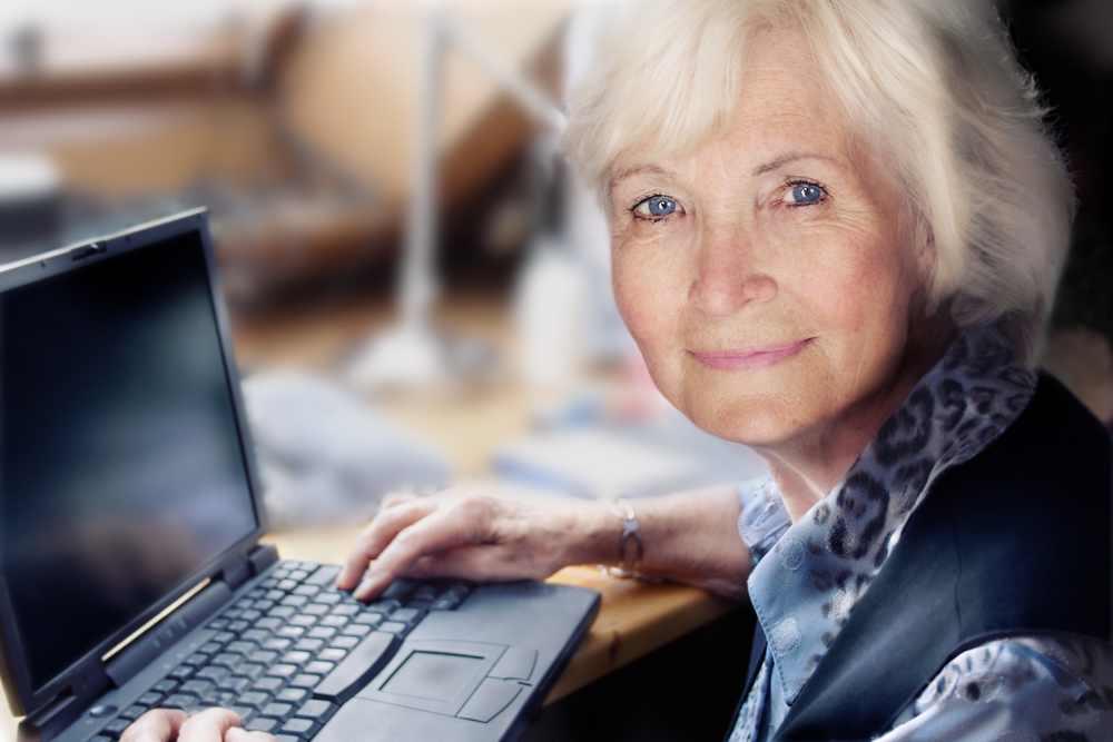 Stylowa seniorka w pracy