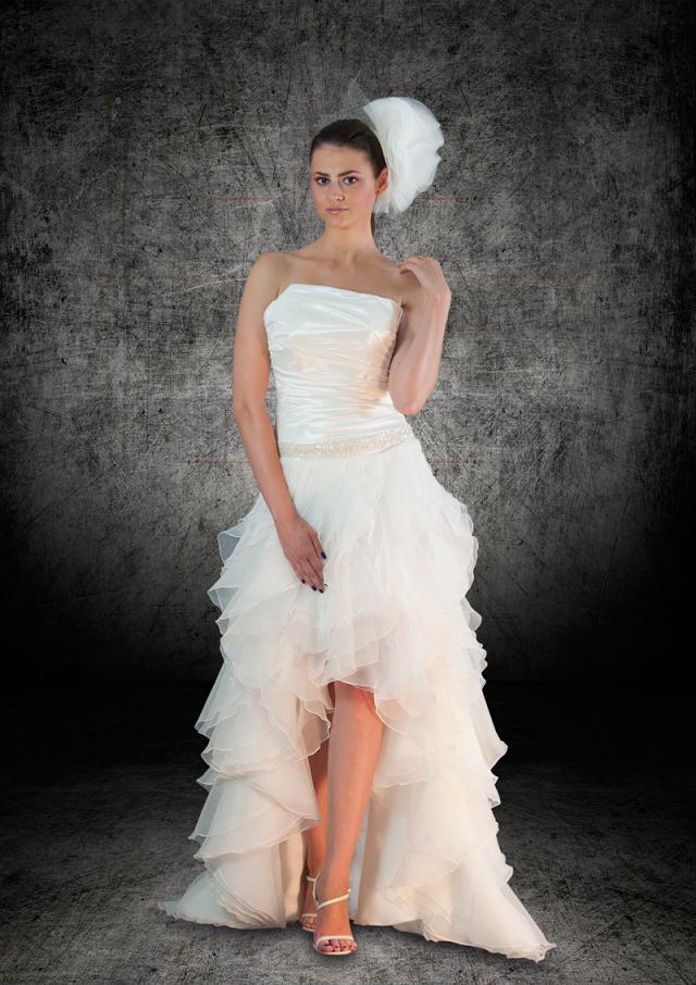Kolekcja Royal Splendor - sukienka ślubna z krótkim przodem odsłaniająca nogi