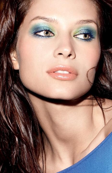 Makijaż z niebieskimi cieniami