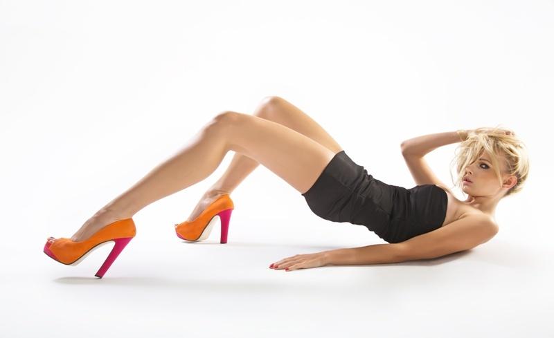 Kobieta w pomrańczowych butach