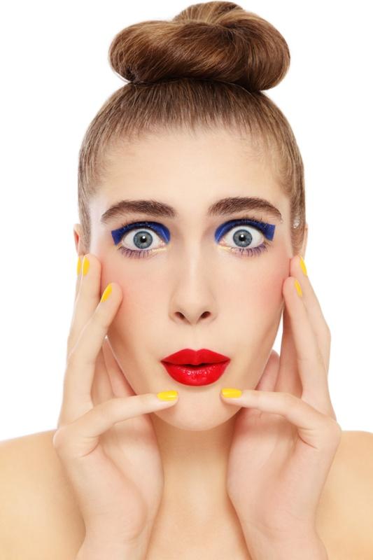 Dziewczyna z żółtymi paznokciami
