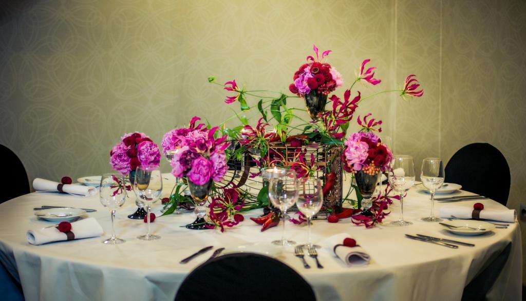 Stół weselny - dekoracja kwiatowa