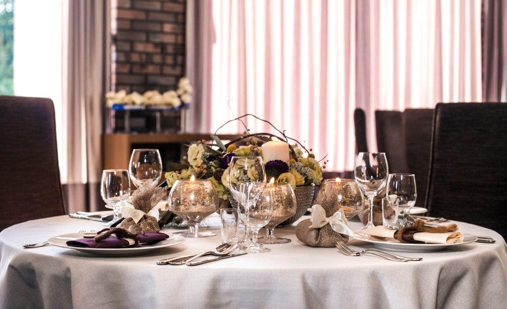 Dekoracja stołu weselnego jesienna