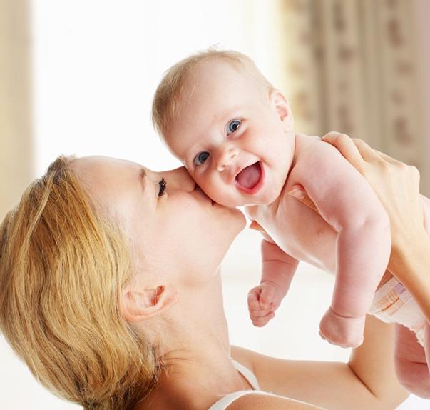 jak przytulać niemowlę