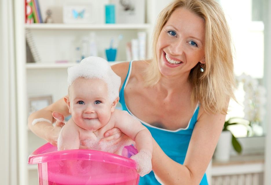 mycie głowy niemowlęcia