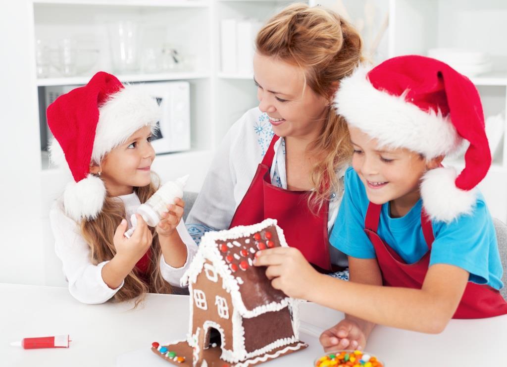 dzieci dekorują domek z piernika