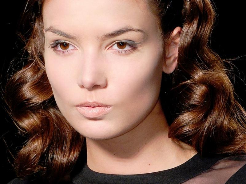 Jak kręcić włosy lokówką?
