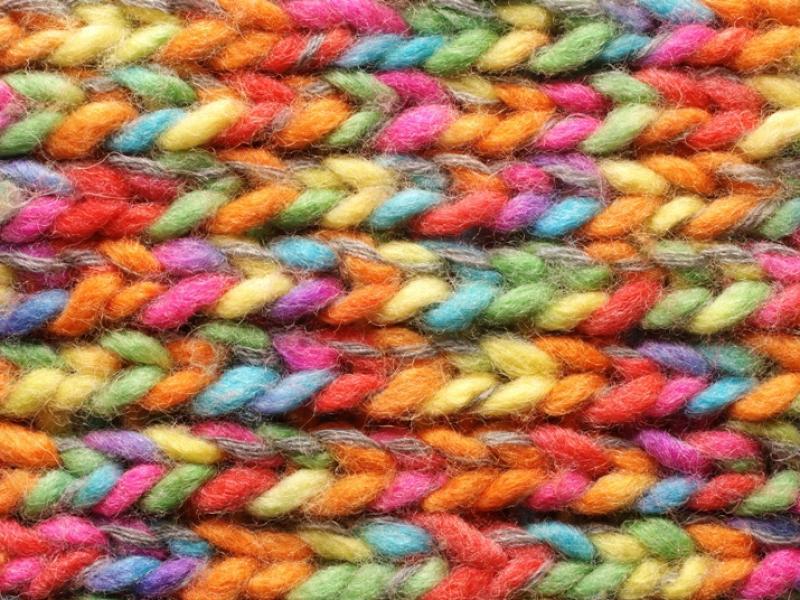 Jakie są podstawowe sploty na drutach i jak je wykonać?