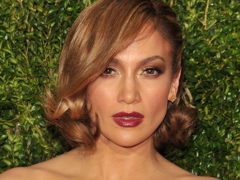 Jennifer Lopez wie, że nogi sąjej atutem i dumnie je eksponuje. Tym razem przesadziła?