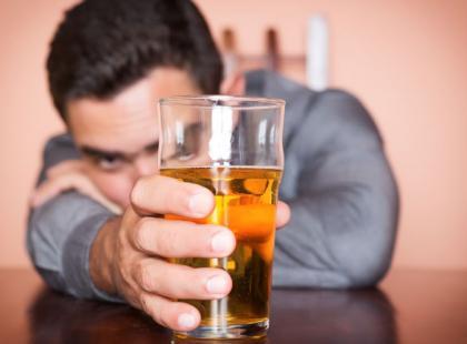 Trudny temat: co robić, gdy partner przesadza z piciem?