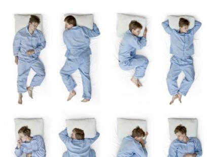 Jego pozycje podczas snu – co oznaczają?