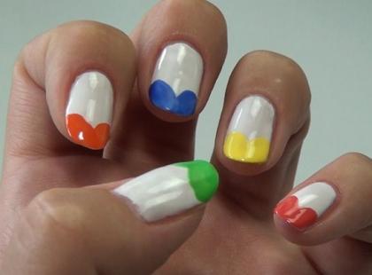 Kolorowe serduszka na paznokciach