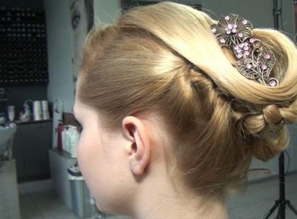 Świąteczna fryzura - fantazyjny kok