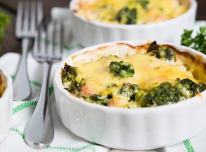 Co dziś na obiad? Penne z kurczakiem i brokułami zapiekane w sosie serowym
