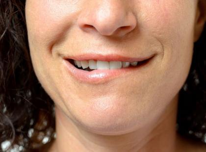Zdarza ci się skubać zębami policzki? Sprawdź czym to grozi!