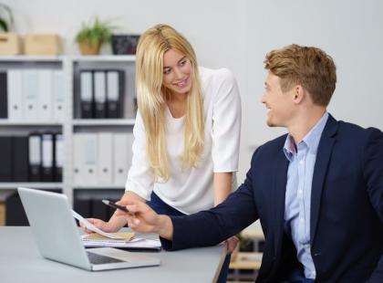 Poznaj 5 rad, jak poradzić sobie z romansem w pracy