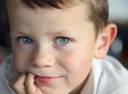Dzieci, które ssą kciuk lub obgryzają paznokcie, są mniej podatne na alergie