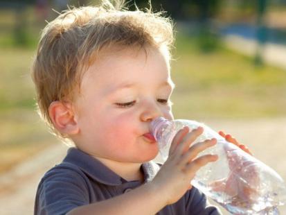 Dlaczego nie podawać dziecku wody z kranu i czym ją zastąpić?