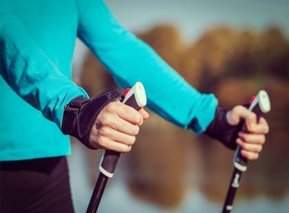 Jakie efekty przynosi spacer z kijkami?