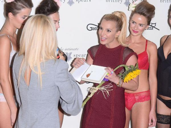 Doda wręcza prezent Britney Spears