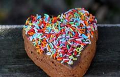 ciasto na walentynki, ciasto w kształcie serca na walentynki, ciasto serce na walentynki