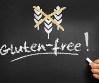 Na tablicy kredowej napis białą kredą: bez glutenu. Obok symbol przekreślonego kłosa