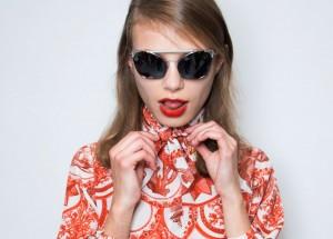 Modowe trendy – koszula wiązana na szyi