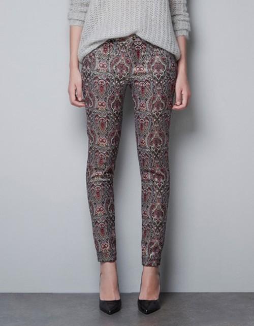 Wzorzyste spodnie z błyszczącą nitką Zara, ok. 169zł