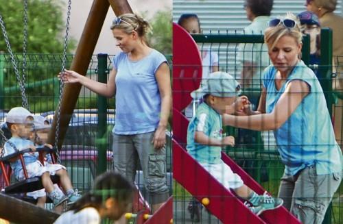 Aneta Zając z synami na placu zabaw
