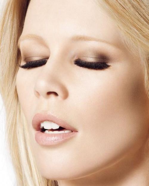 L'Oreal łączy naturalny odcień ust z niewychodzącymi z mody smoky eyes w kolorze złota i brązu. Rzęsy bardzo mocno podkreślone.