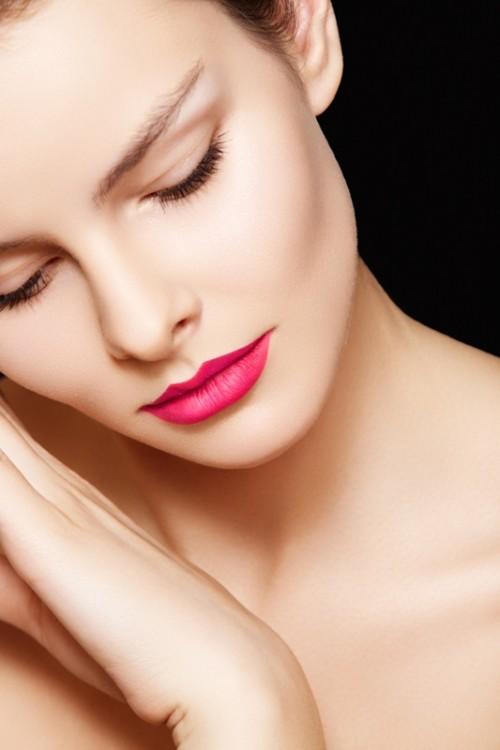różowe usta, szminka, makijaż