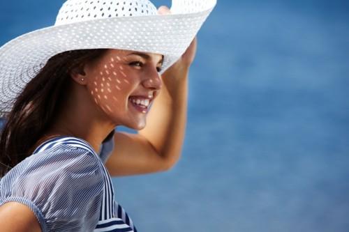opalanie, plaża, kobieta, kapelusz przeciwsłoneczny, ochrona przeciwsłoneczna/ fot. Fotolia