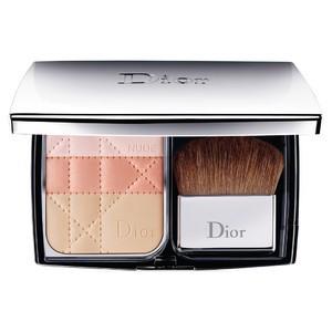 Jeśli Mama nie lubi dużego blasku zdecydujcie się na rozświetlacz od Diora, który delikatnie rozświetli skórę dodając jej tylko blasku i świeżości, 219 zł.