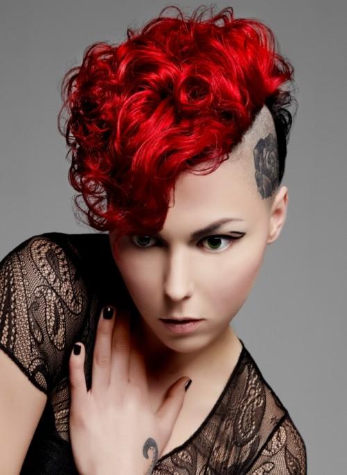 Wygolona fryzurka i ognisty odcień włosów