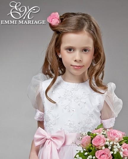Podkręcone na zewnątrz włosy oraz upięcie z jednej strony głowy z wpiętym kwiatkiem - dla romantycznej elegantki /Look z kolekcji sukienek komunijnych marki Emmi Mariage