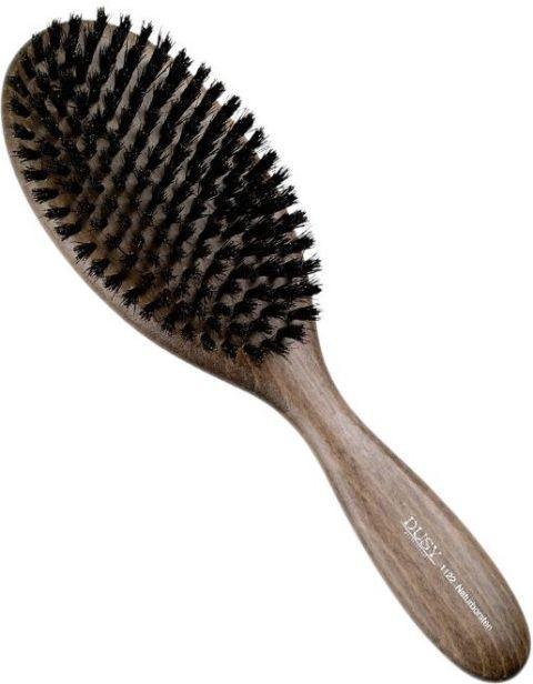 Dla mężczyzn z dłuższymi włosami polecamy szczotkę do włosów dla mężczyzn. Wykona z miękkiego włosia, bardzo przyjemna w użyciu. Dobrze rozczesuje włosy i pomaga w układaniu. Marka Dusy, ok. 40 zł.