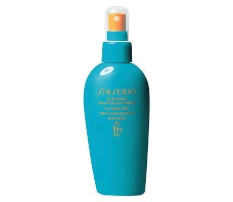 Marka Shiseido w tym roku wprowadziła na rynek nowy, rewelacyjny produkt,. Jest to beztłuszczowy, ochronny spray, który może być stosowany do ciała, twarzy, a także włosów! Jego beztłuszczowa formuła sprawia, ze nie będzie zostawiał tłustego filmu. Ma w sobie filtr SPF 15, 115 zł.