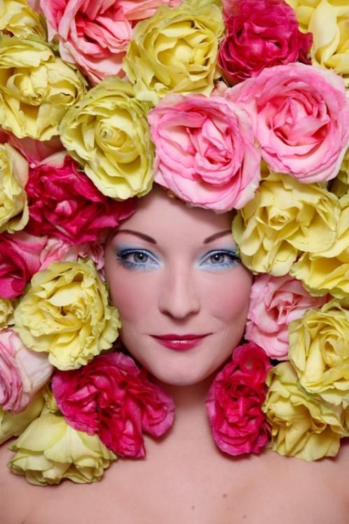 senior, kobieta, kwiaty, makijaż