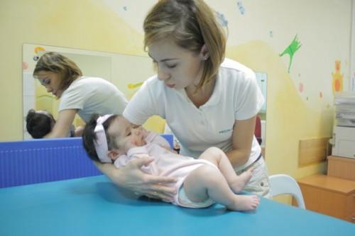 Jak trzymać dziecko do kąpieli? Pokazuje fizjoterapeutka Katarzyna Marszałek/ fot. Przychodnia Rehabilitacyjna Medikar