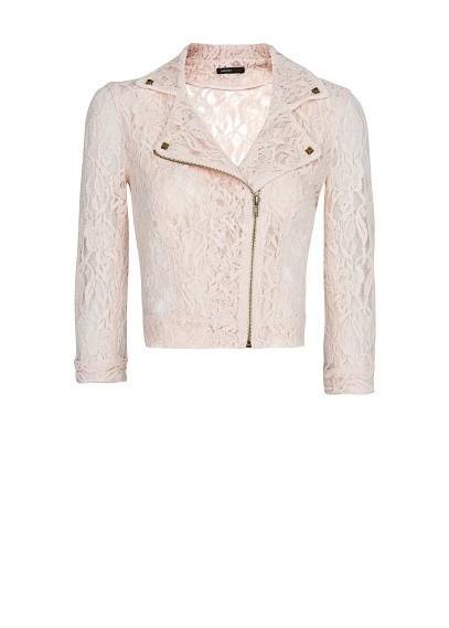 Ażurowa kurtka znakomicie spisze się w looku romantycznym, połączona z pastelowymi barwami