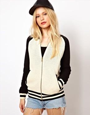 Kurtka w stylu college to absolutny must have tego sezonu. Można nosić ją w wersji na sportowo (jeansy i trampki) albo w wersji glamour (w połączeniu z wysokimi szpilkami i obcisłymi spodniami) River Island 58 euro (około 240 złotych)